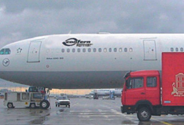 Confere Flugzeug und Schloms LKW