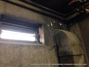 Kellerfenster, durch den der Feuerwerkskörper mutmasslich eingeworfen wurde