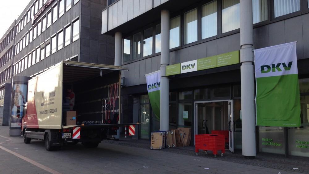 Möbelwagen Schloms-Umzüge vor DKV