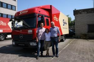 Übergabe des neuen LKW, v.l.n.r. Herr Jürgas, Truck-Zentrumm, Frau Rinke, Schloms, Herr Jürgas, Truck-Zentrum