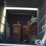 einer versteckt sich hinter den Kisten;)