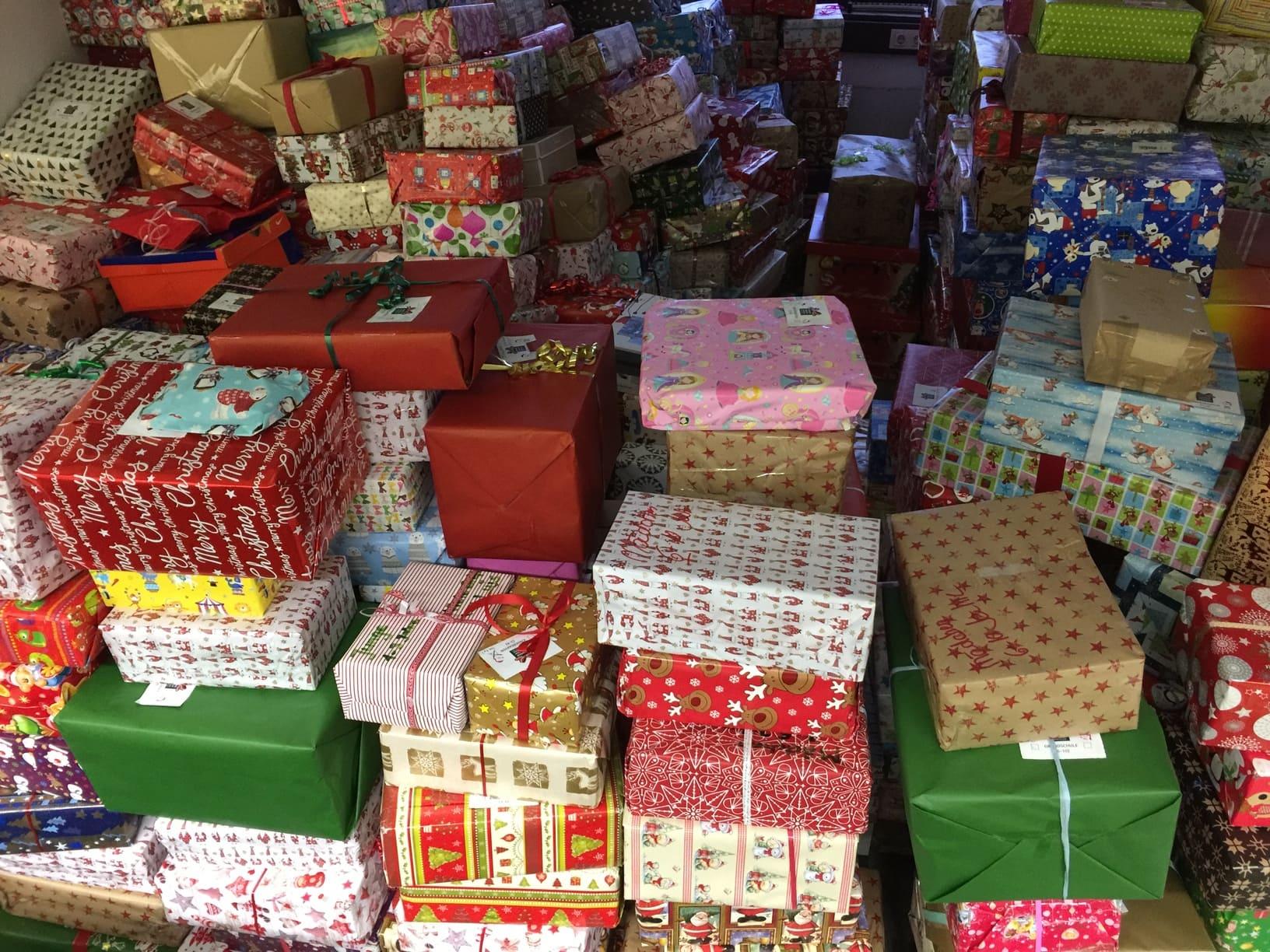 Weihnachtspäckchenkonvoi 2016: Tausende Pakete im Möbellager